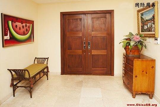 原木色家具配什么顏色的臥室門